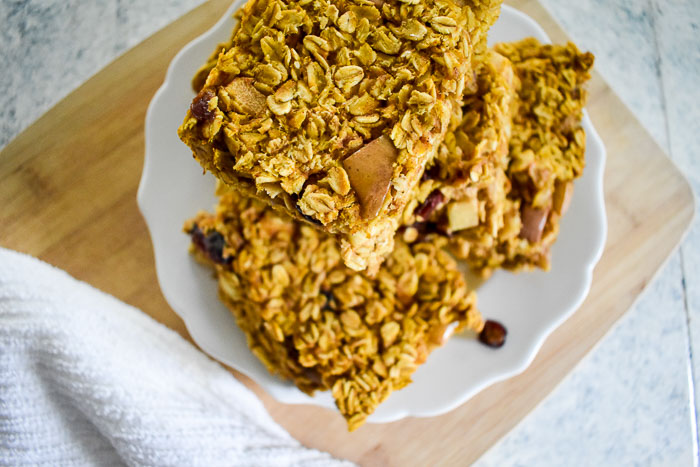 Capture the comfort of a warm bowl of oats and the flavors of Fall in this pumpkin maple baked oatmeal as an easy make-ahead breakfast for the whole week in thirty minutes! Recipe by Dash of Jazz